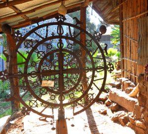 Kunstvolles Kreuzgitter aus Eisen in einer äthiopischen Kriche